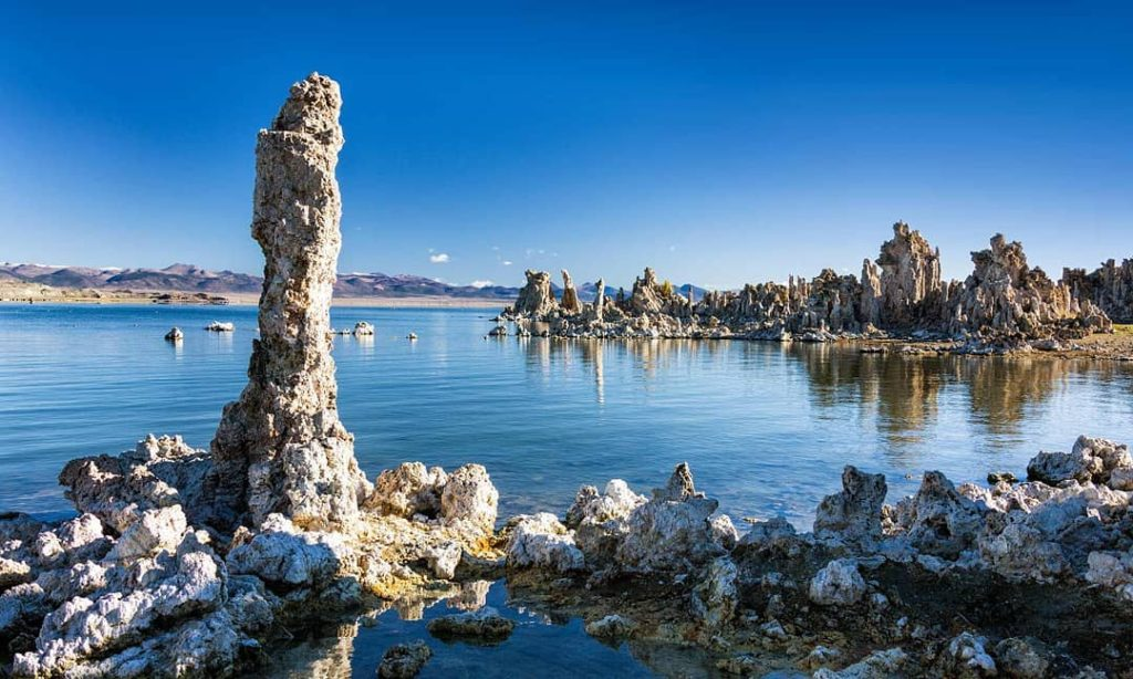 Мо́но — солёное озеро