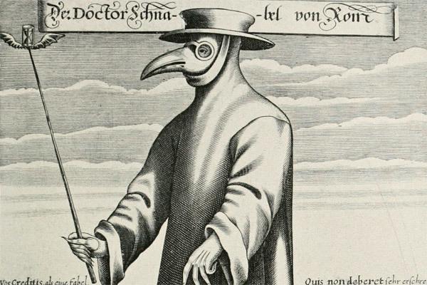 «Клюв» первой медицинской маски набивали сеном и сушеными травами – лавандой, мятой, гвоздикой. Также в него подкладывали специи или камфору, за поддержание антибактериальной среды отвечали чеснок и губка, смоченная в уксусе.