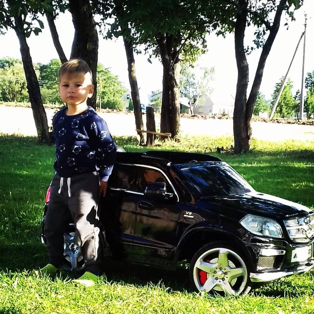 Мальчик с машинкой
