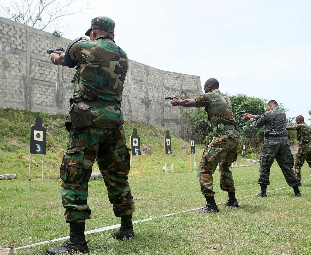 Барбадосские солдаты обучаются стрельбе из пистолета